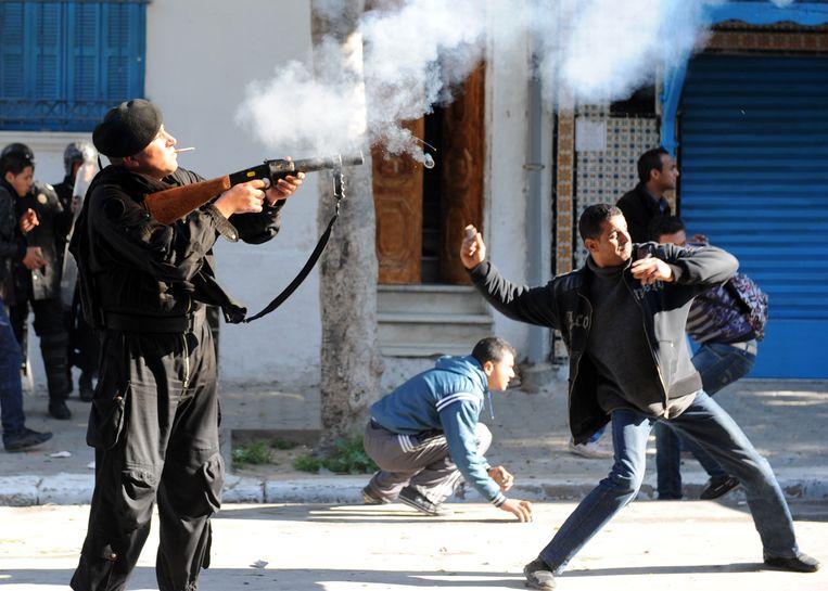 Inwoners van Sidi Bouzid gingen in 2011 naar Tunis om te protesteren bij het huis van de premier.  Beeld FETHI BELAID/AFP