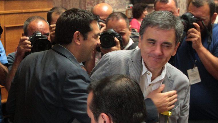 Premier Alexis Tsipras (L) met zijn nieuwe minister van Financiën Euclides Tsakalotos in het Griekse parlement. Beeld epa