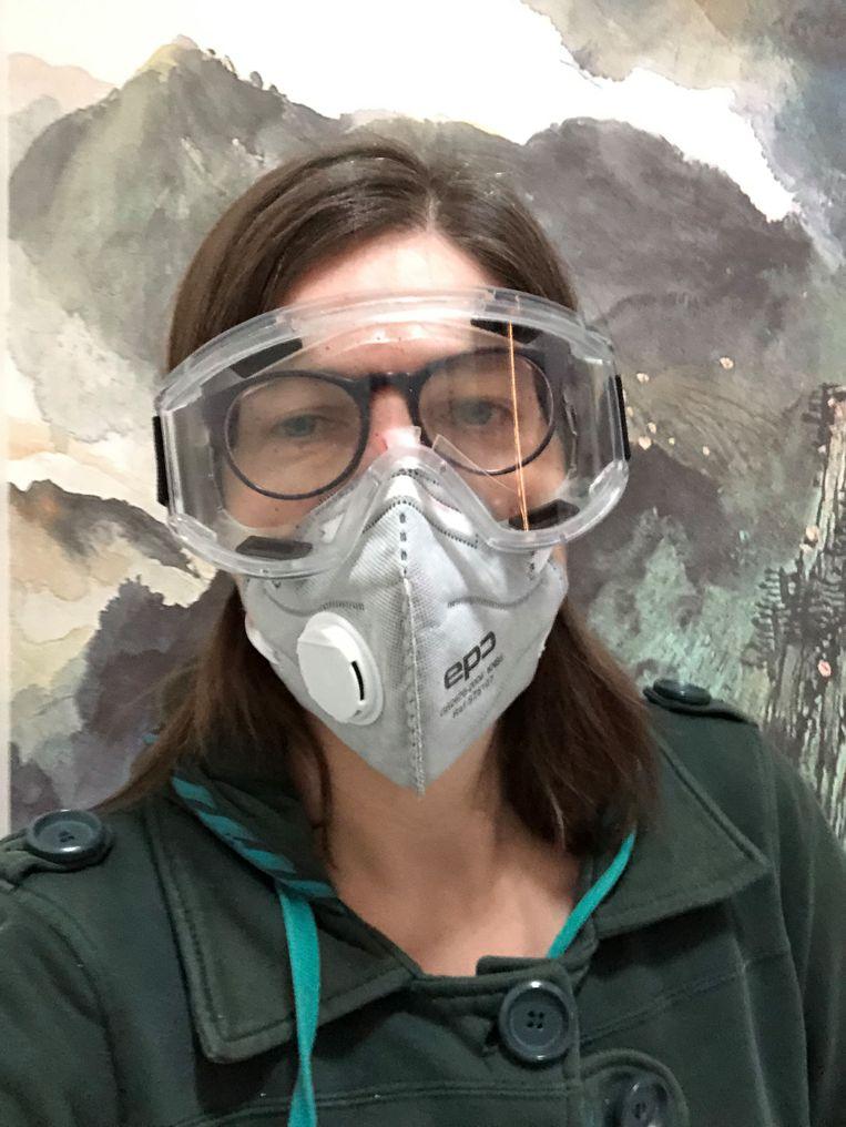 Correspondente Leen Vervaeke met beschermend mondkapje en duikbril. Beeld RV