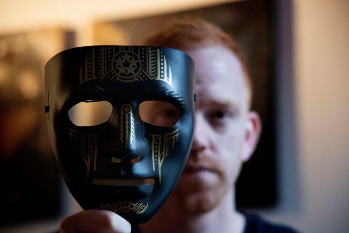 Bob van der Palen met een masker dat gebruikt is in de film.