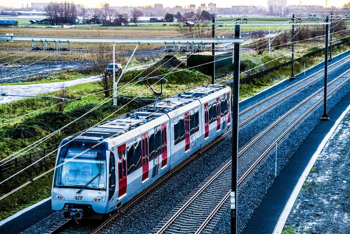Een metro toestel van vervoersbedrijf RET passeert de overweg Schenkelsdijk in Maassluis. Beeld ter illustratie.
