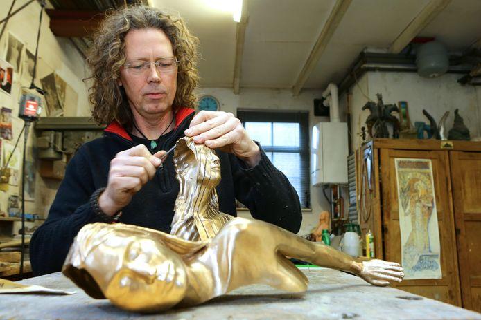 Beeldhouwer Richard van der koppel aan het werk in zijn atelier. Dit is niet het beeld ter nagedachtenis aan de Merwedegijzelaars.