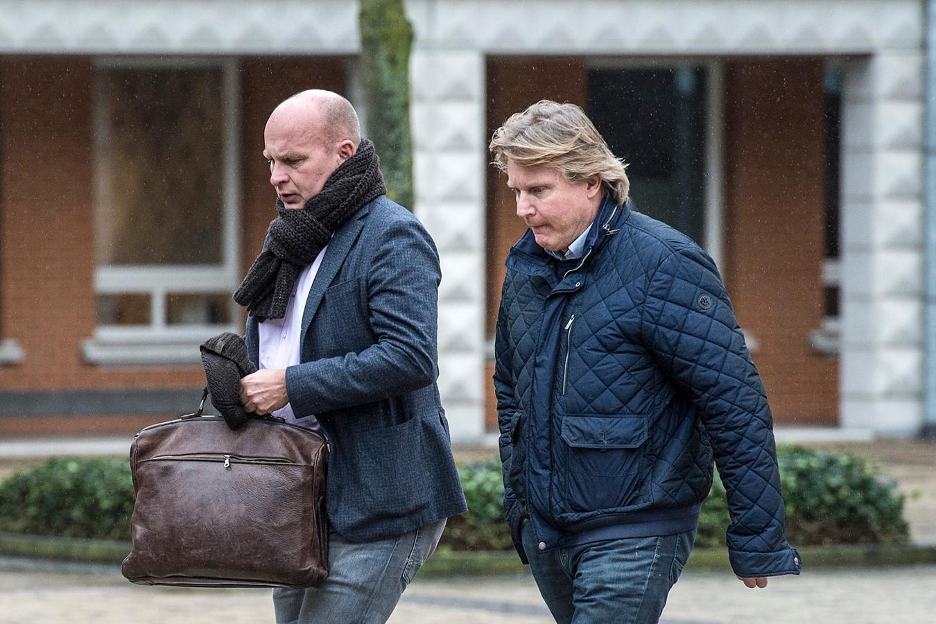 Verdachte Walter Vermeulen (r) op weg naar de rechtbank in Den Bosch. Links zijn advocaat Ronald Drenth.