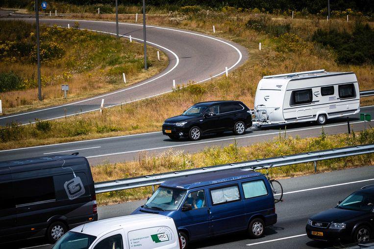 2018-07-07 15:07:01 EINDHOVEN - Vakantieverkeer richting de Belgische grens op de A67 bij Eindhoven. De uittocht van het vakantieverkeer is begonnen, nu in het zuiden van Nederland de zomervakantie officieel is begonnen. ANP ROB ENGELAAR Beeld ANP