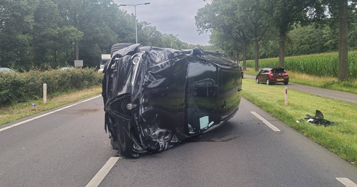 Ongeluk op N65 bij Vught: auto op zijkant op andere weghelft.