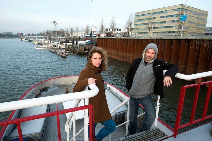 Jeroen en Marloes Spaander kijken vanaf hun schip uit op de Nieuwe Haven.