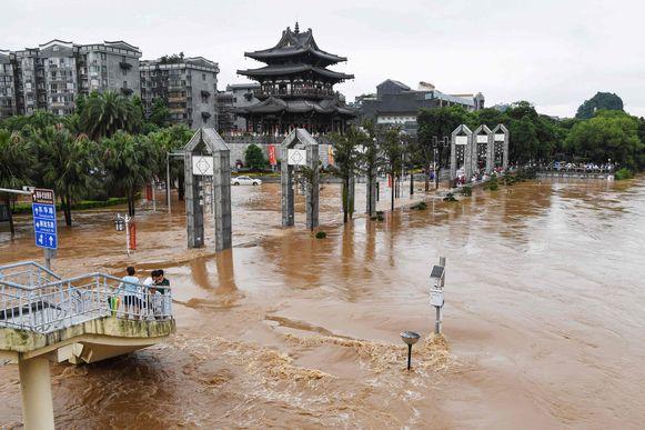De straten staan blank in de stad Guilin, in Guangxi.