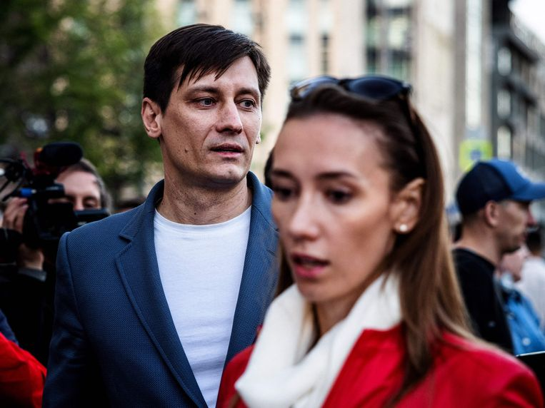 Dmitri Goedkov met zijn vrouw Valeria vlak na zijn vrijlating donderdag. Beeld AFP