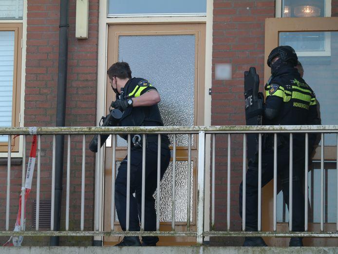 Aan de Groene Wetering is de politie met een politiehond binnengevallen in een woning, nadat eerst de deur was geforceerd.
