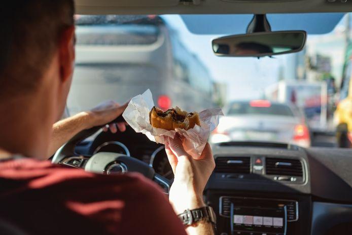 Fastfood eten in de auto: veel kans op vlekken.