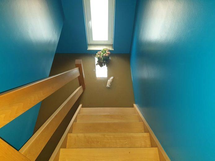 La famille n'a pas pu redescendre, l'eau avait déjà envahi la cage d'escalier.