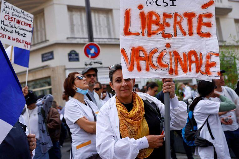 Een demonstratie tegen de coronamaatregelen in Parijs. Op het protestbord: 'Vaccinatievrijheid'. Beeld AFP