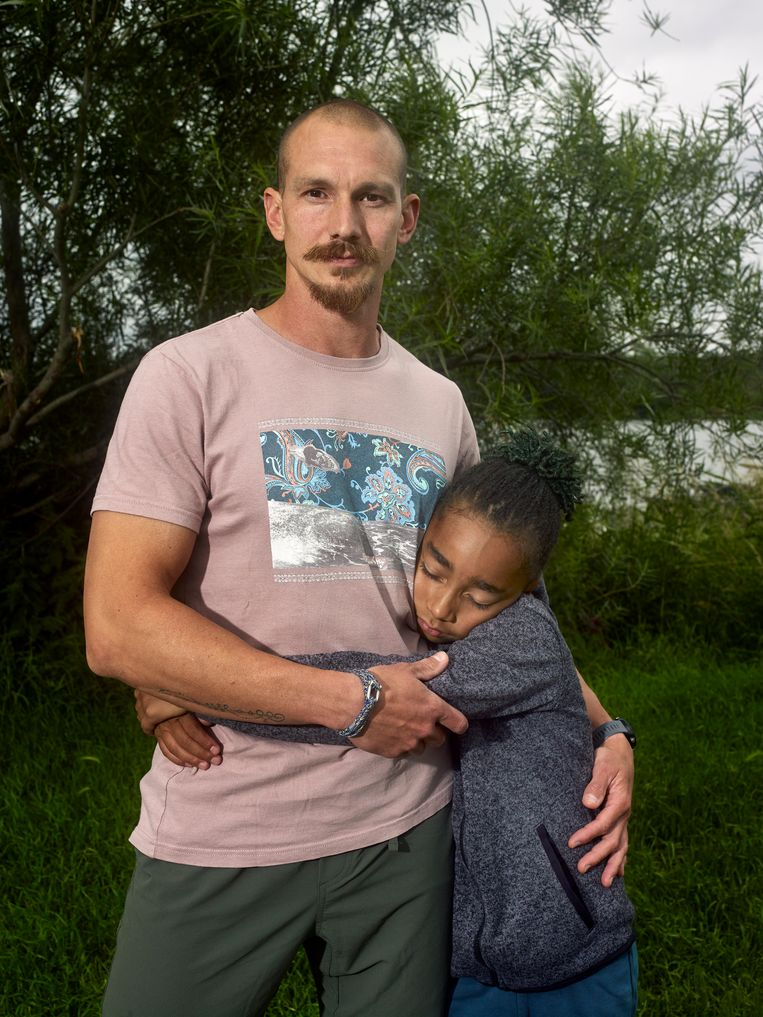 Volcmar Hellendoorn met zijn oudste zoon, Ntiyani. Beeld Raimond Wouda