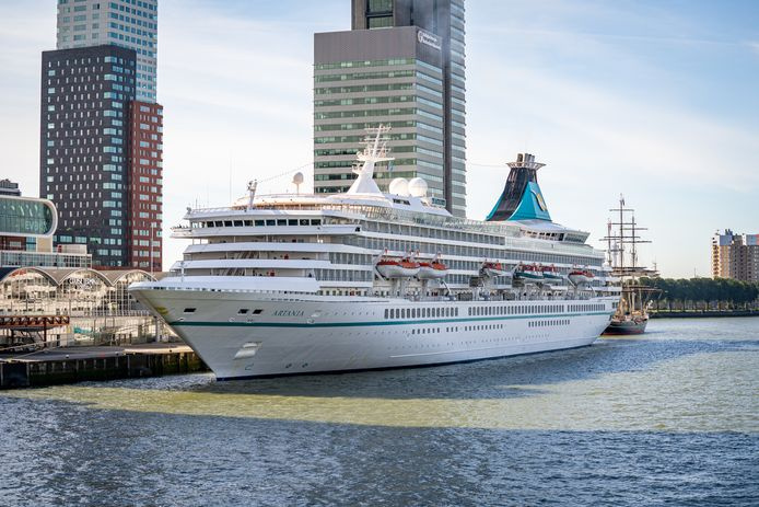 Cruiseschip Ms Artania is dinsdag Rotterdam binnengevaren.