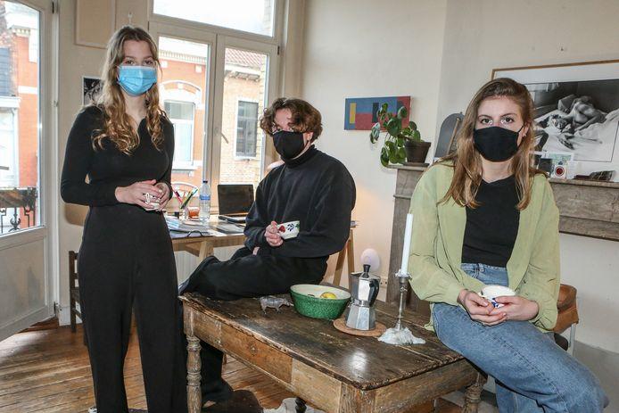 Vier studenten die een kot deelden in Gent, moesten elk 250 euro ophoesten nadat ze op het balkon naar muziek aan het luisteren waren.
