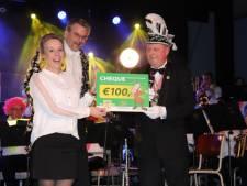 Carnavalsclub Uutloat schenkt 100-jarige muziekvereniging cheque van 100 euro