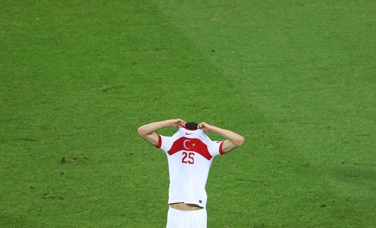 Turkse verdediger Mert Muldur verstopt zichzelf uit frustratie in zijn eigen shirt. Beeld Reuters