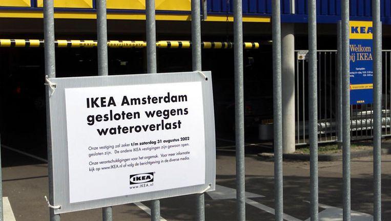 In 2002 stortte een gedeelte van het dak van Ikea in door zware regenval. Foto GPD Beeld