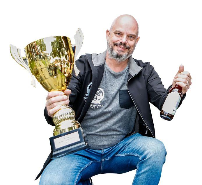 Mark van den Boogaard, brouwer van Deftige Aap, heeft met Kiele Kiele de beker van Brabants Lekkerste Bier 2019 gewonnen.