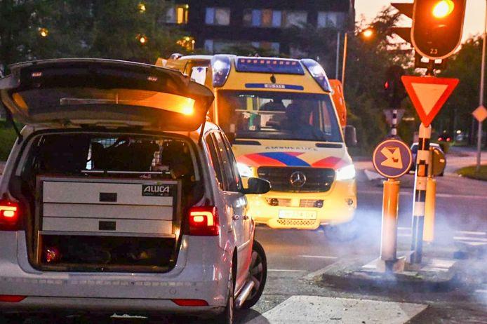 Op de kruising van de Vlierstraat met de Wesselerbrinklaan in Enschede is zondagavond een wielrenner gewond geraakt.