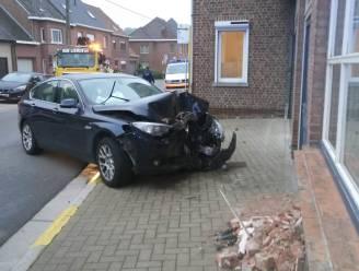 Chauffeur dommelt even in, gaat van de weg en belandt tegen huisgevel