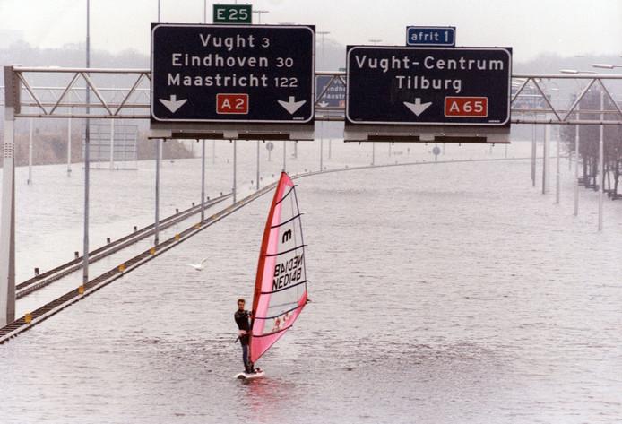 Tijdens overstromingen in 1995 maakte een surfer een tochtje over de ondergelopen A2 bij Den Bosch.