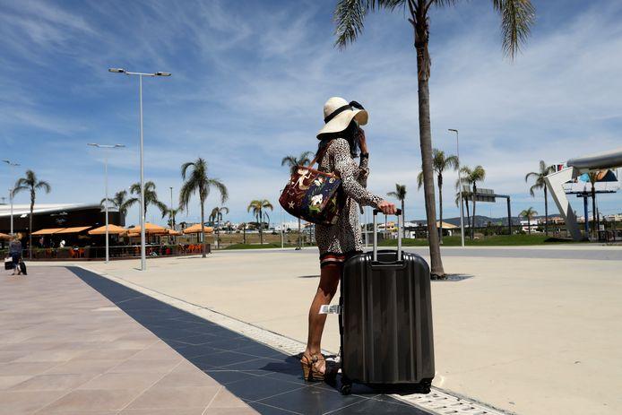 Een reiziger op het vliegveld van Faro, in de Algarve.