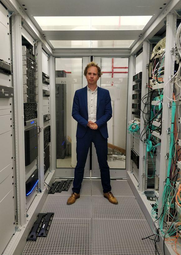 Schepen Thomas Van Oppens in de serverruimte die Leuven nog meer op het digitale spoor moet zetten in de toekomst.