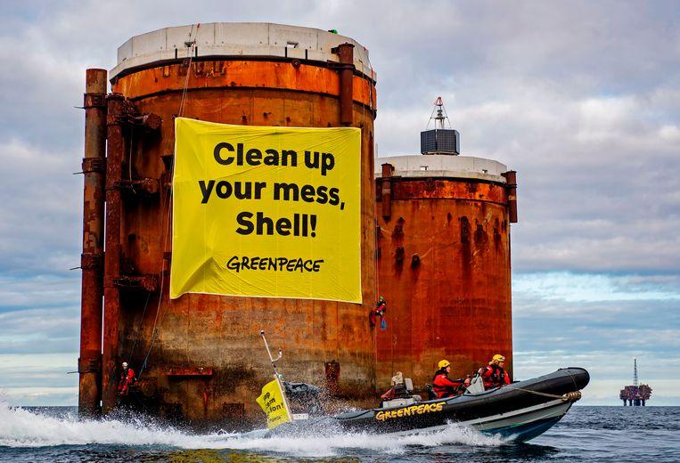 Greenpeace voert actie in oktober bij Shell-platforms in de Noordzee.  Beeld AFP