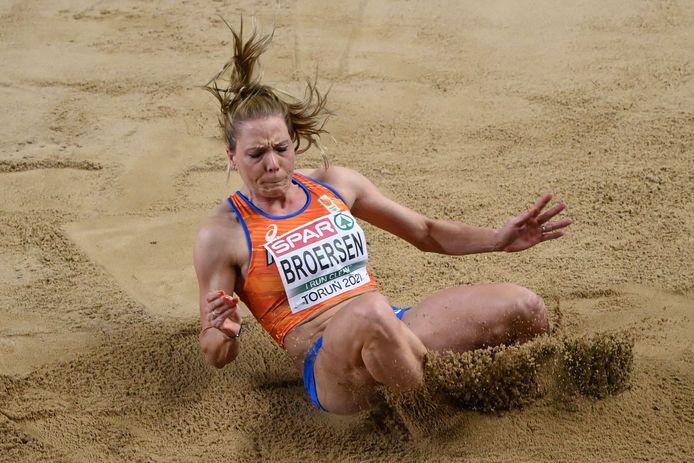 Drie foutsprongen in de zandbak betekende maakten Nadine Broersen kansloos in het gevecht om de medailles in de meerkamp.