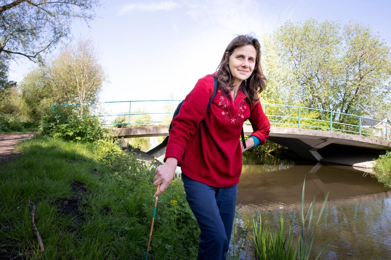 Onderzoeker Jacqueline Henrot bij de Stinksloot in Leiden.