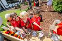 De kinderen leven zich uit op één van de twee buitenkeuken en prepareren enkele heerlijke modderdrankjes.