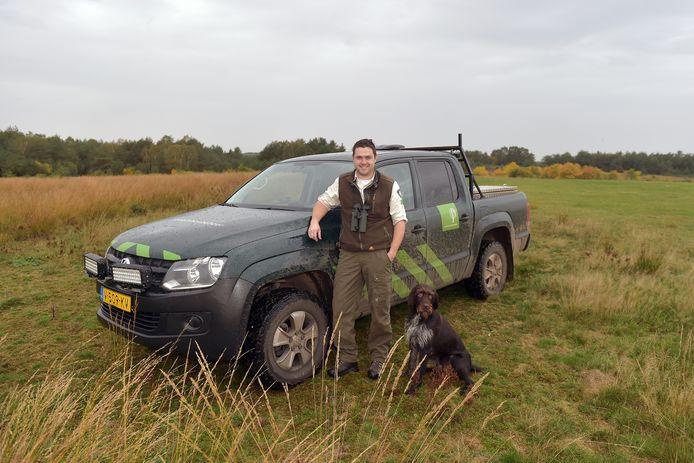 Boswachter Bart Smit met zijn hond Bram.