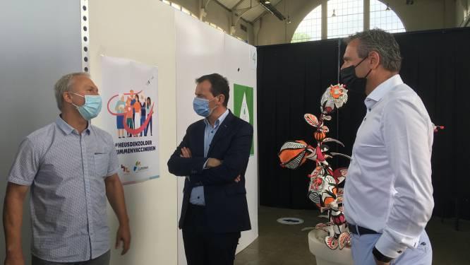 Vaccinatiecentrum Watt 17 krijgt Vlaams minister Wouter Beke (CD&V) op bezoek