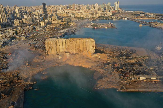 """Sur cette photo d'archive du 5 août 2020, de la fumée s'élève après une explosion survenue la veille dans le port maritime de Beyrouth, au Liban. Des responsables judiciaires libanais affirment que le Liban a reçu, lundi 31 mai 2021, un """"rapport préliminaire"""" de la France concernant la gigantesque explosion du port de Beyrouth de l'année dernière qui a fait de nombreux morts et blessés."""