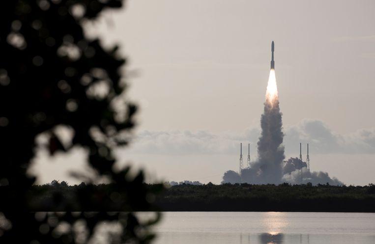 De Atlas V-raket met robotwagen en helikopter aan boord, verlaat de aarde, op weg naar buurplaneet Mars Beeld AP