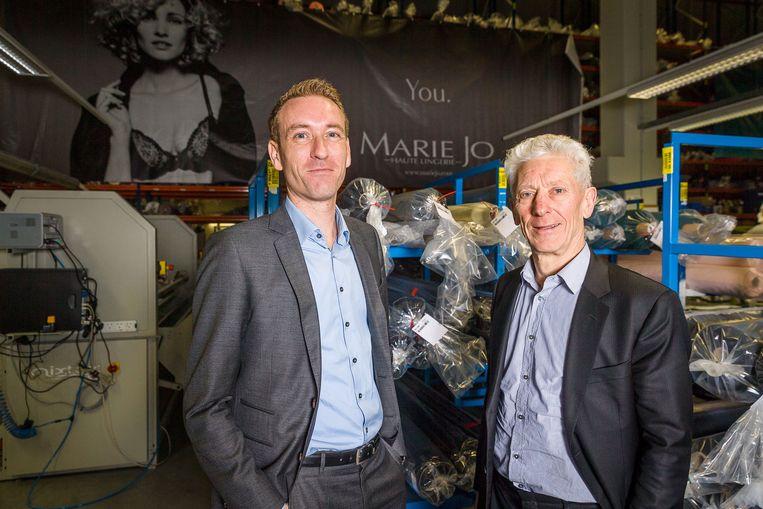"""Herman Van de Velde (rechts van CFO Bart Rabaey) is voorzitter van het lingeriebedrijf. """"Er wordt niet meer naar één persoon gekeken maar naar een team. Dat helpt de druk te verlichten."""" Beeld BELGA"""