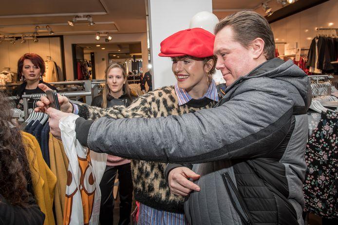 Selfietime, zaterdag in Roeselare, zoals op dit archiefbeeld uit 2018, waarbij shopper Alain Vandaele een foto versiert met Josje Huisman.