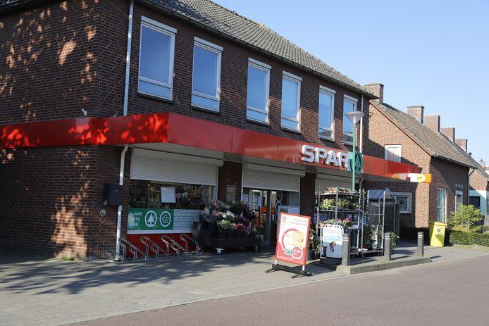 De supermarkt bij het Raadhuisplein in Haps na de overval.