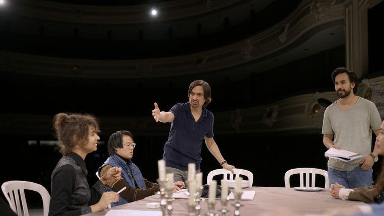 Eric de Vroedt coacht zijn acteurs in de documentaire 'Terwijl het liefde was'.  Beeld Witfilm, K2