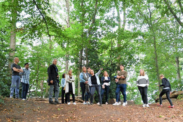Piet van Hout van Stichting Biodiversiteit Goirle-Riel (voorgrond, donkere jas) heeft de wijkbewoners aan zijn lippen hangen.