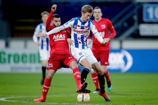 Vlap (Heerenveen) vecht een duel uit met AZ-spelers.