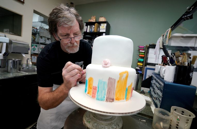 FILE PHOTO: Baker, Jack Phillips, decorates a cake in his Masterpiece Cakeshop in Lakewood, Colorado U.S., on September 21, 2017.  REUTERS/Rick Wilking/File Photo Beeld REUTERS