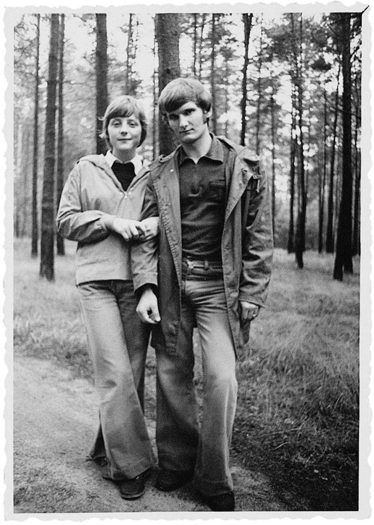 Met haar eerste man Ulrich Merkel, ongeveer 1975. (Foto uit het boek Angela Merkel. De kanselier en haar tijd) Beeld Dieter Bauer/FOCUS-Magazin