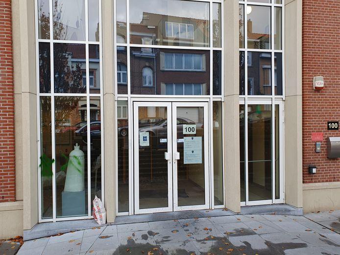 Twee hakenkruizen op het raam van het gemeentehuis.