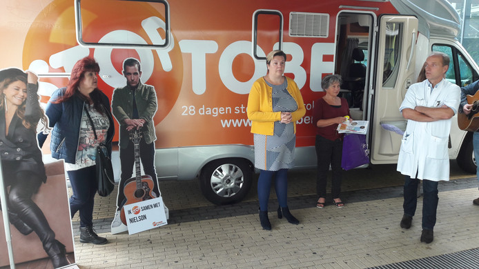 Stoptober-campagne van start in Tilburg. Vlnr: Mien Damen, Maike IJzerloo (GGD), Annemarie Brouwers (GGD) en longarts Jeroen Retera.