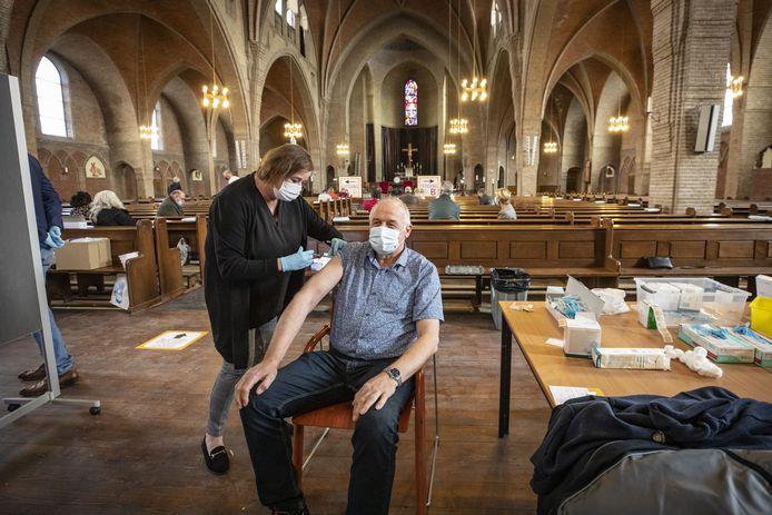 Bij binnenkomst worden mensen gevaccineerd. Als de prik is gezet moeten ze plaatsnemen in de kerkbank. Wie zich goed voelt mag na een kwartier weer naar huis.