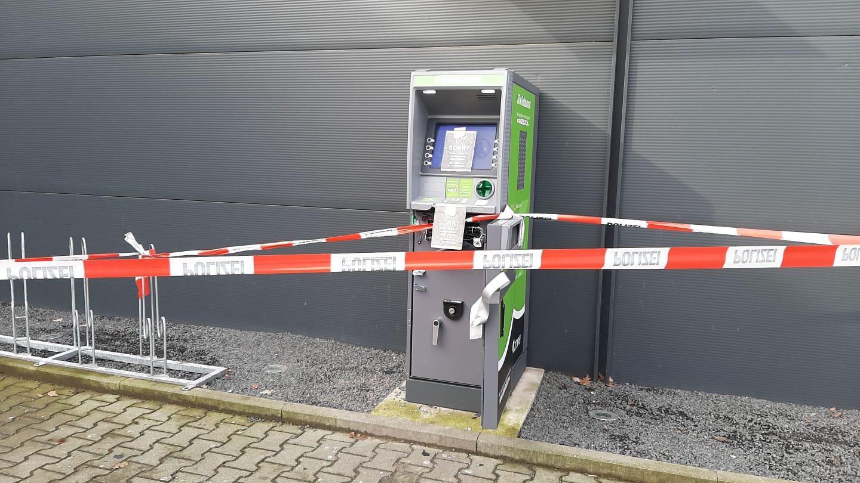De geldautomaat tussen tankstation Kuster Oil en Spielstation in Emmerik waar de plofkraak vannacht heeft plaatsgevonden.