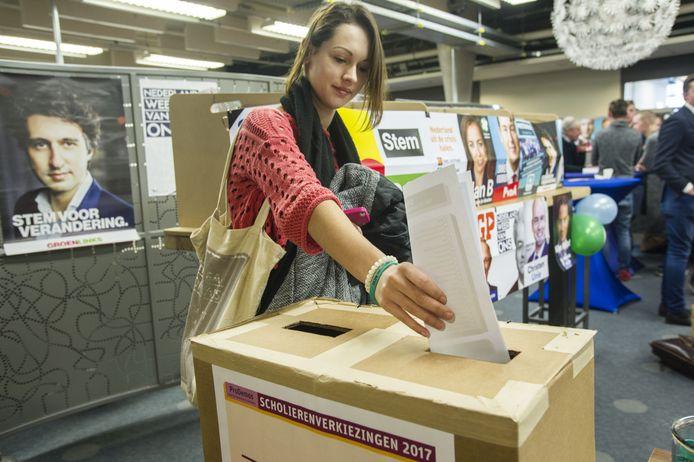 Nu mogen 16- en 17-jarigen alleen nog bij scholierenverkiezingen hun stem uitbrengen.