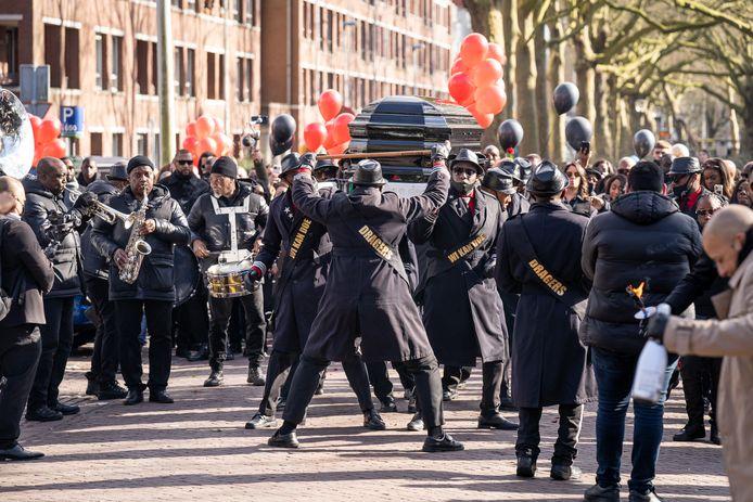 De rouwstoet werd begeleid met een brassband.